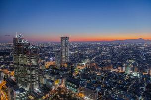 都庁展望台より望む高層ビルと富士山のシルエット 夜景の写真素材 [FYI01976681]
