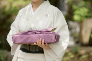 風呂敷包みを持つ着物姿の女性の写真素材 [FYI01976756]