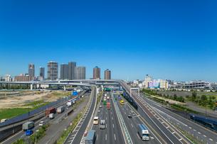 首都高速道路湾岸線東雲ジャンクションと東雲周辺のビル群の写真素材 [FYI01976828]