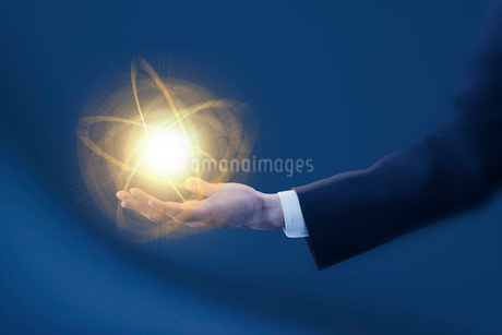 光と手 ビジネスマンイメージ CGの写真素材 [FYI01976959]