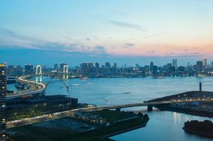 レインボーブリッジと東京湾とビル群 夕景の写真素材 [FYI01977009]