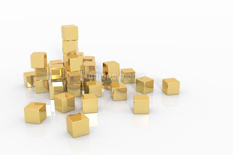 置かれた金色の立方体 CGのイラスト素材 [FYI01977178]