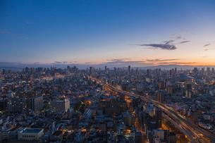 弁天町から大阪駅方面を望む早朝の市街地の写真素材 [FYI01977221]