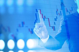 グラフと手 ビジネスマンイメージ CGの写真素材 [FYI01977520]