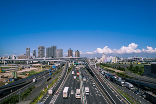 首都高速道路湾岸線東雲ジャンクションと東雲周辺のビル群の写真素材 [FYI01977676]