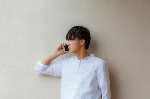 スマートフォンで話す男性の写真素材 [FYI01977710]