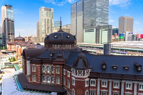 東京駅丸の内駅舎と高層ビルの写真素材 [FYI01977841]