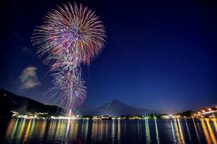 河口湖の夏の花火と富士山の写真素材 [FYI01977842]