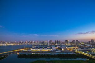 豊洲市場と晴海方面のビル群 夜明けの写真素材 [FYI01977933]