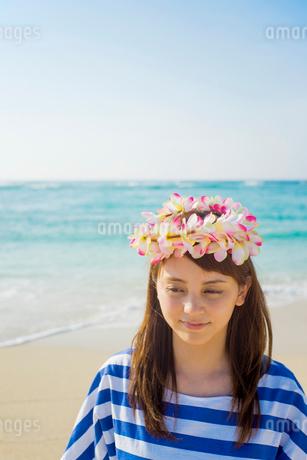 砂浜で花冠をつけて立つ女性の写真素材 [FYI01977977]