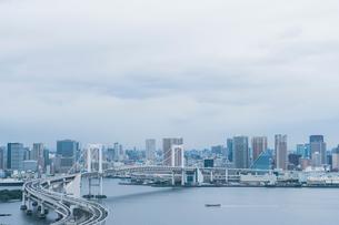 レインボーブリッジと東京湾とビル群の写真素材 [FYI01978055]