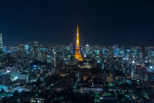 六本木ヒルズより望む東京タワーの夜景の写真素材 [FYI01978090]