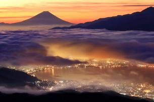朝焼けの雲海と諏訪湖の街並みと富士山の写真素材 [FYI01978125]