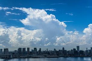 東京湾岸のビル群と青空と積乱雲の写真素材 [FYI01978169]