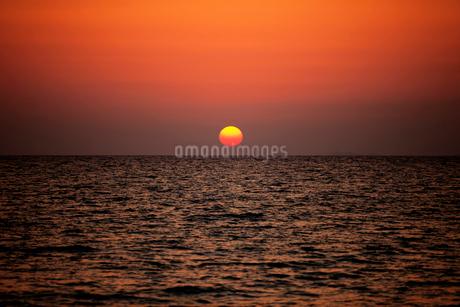 夕日と海 沖縄県の写真素材 [FYI01978170]