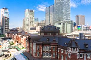 東京駅丸の内駅舎と高層ビルの写真素材 [FYI01978244]