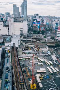 工事中の渋谷駅東口とハチ公口周辺と銀座線の写真素材 [FYI01978248]