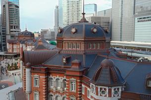 東京駅丸の内駅舎と高層ビルの写真素材 [FYI01978526]