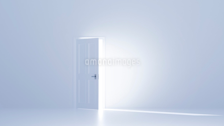 開いた扉と白い空間 CGのイラスト素材 [FYI01978643]