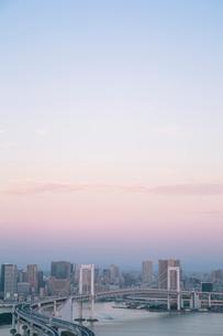 レインボーブリッジと東京湾とビル群 早朝の写真素材 [FYI01978702]