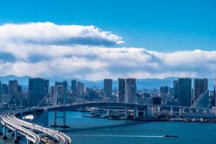 レインボーブリッジと東京湾とビル群の写真素材 [FYI01978758]