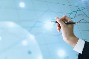 ペンを持つ手先とグラフ ビジネスマンイメージ CGの写真素材 [FYI01978794]