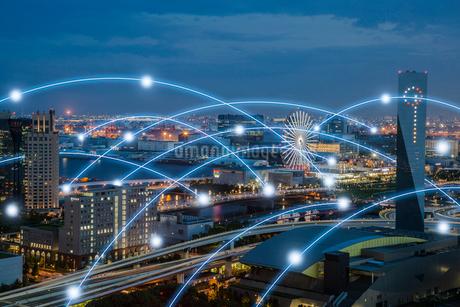東京の街並みと光のネットワーク 合成の写真素材 [FYI01979326]