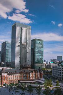 東京駅丸の内駅舎と高層ビルの写真素材 [FYI01979349]