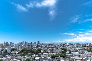 新宿副都心高層ビル群と住宅の街並みの写真素材 [FYI01979407]