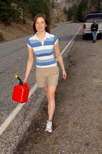 Woman carrying gas canの写真素材 [FYI01979423]