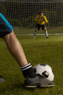 Goalie defending goal from penalty kickの写真素材 [FYI01979500]