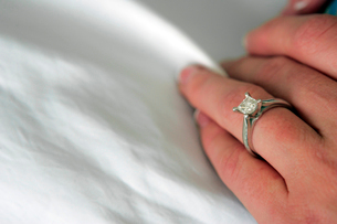 Womans wedding ringの写真素材 [FYI01979584]