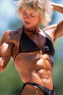 Female bodybuilder flexingの写真素材 [FYI01979701]