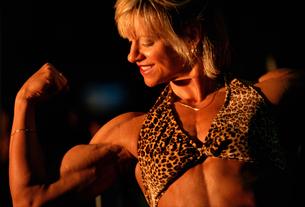 Female bodybuilder flexingの写真素材 [FYI01979715]
