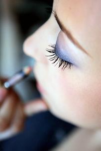 Woman having makeup appliedの写真素材 [FYI01979738]