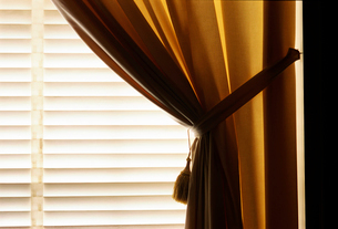 Curtain and venetian blindsの写真素材 [FYI01979757]