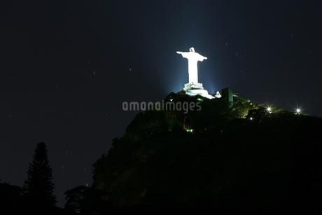 Illuminated statue of Christの写真素材 [FYI01979850]