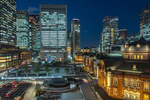 東京駅丸の内駅舎と駅前広場の夜景の写真素材 [FYI01979915]