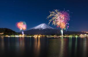 河口湖の冬の富士山と花火の写真素材 [FYI01979959]