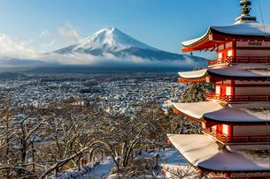 雪景色の五重の塔と富士山の写真素材 [FYI01980091]