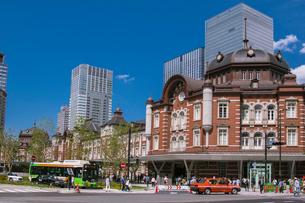 東京駅丸の内駅舎と高層ビルの写真素材 [FYI01980092]