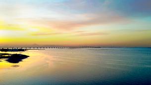 木更津の海と東京湾アクアラインの夕景の写真素材 [FYI01980115]