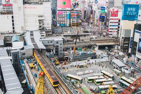 渋谷駅周辺の工事現場と銀座線の写真素材 [FYI01980127]