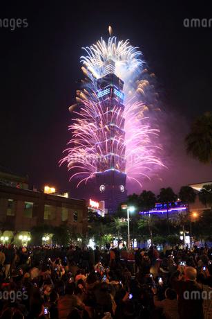 年越し花火が上る台北101 台湾の写真素材 [FYI01980152]