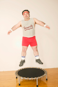 Man jumping on trampolineの写真素材 [FYI01980185]