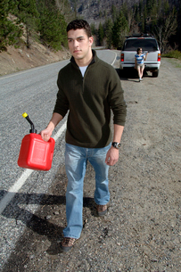 Man carrying gas canの写真素材 [FYI01980249]