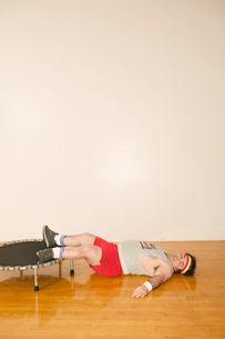 Man resting on trampolineの写真素材 [FYI01980282]