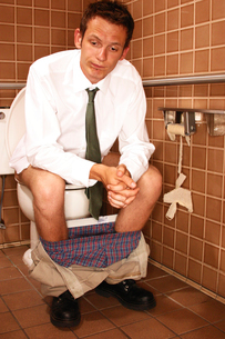 man in bathroom without toilet paperの写真素材 [FYI01980333]