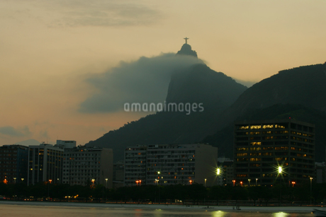 Christ statue in fog on mountaintopの写真素材 [FYI01980343]