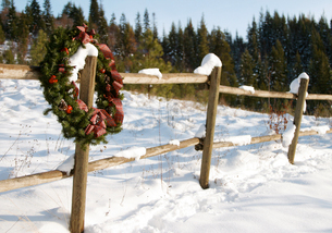 Wreath on snow covered fenceの写真素材 [FYI01980366]